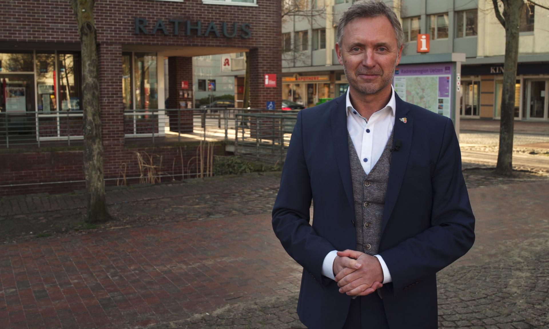 Jürgen Markwardt vor Rathaus